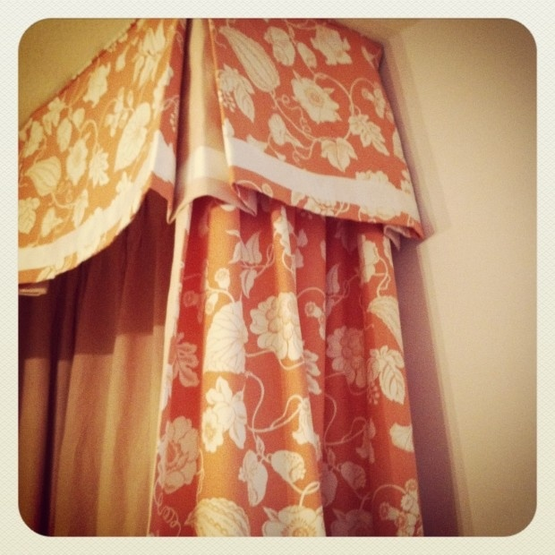 The inset border emphasizes the scalloped box pleated valance.