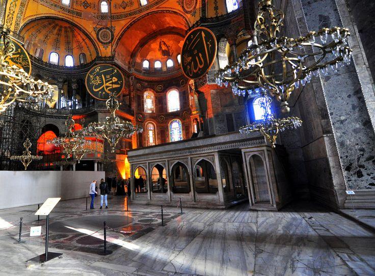 Tarihte hem Kilise, hem de Cami olarak iki semavi dine hizmet etmiş olan Ayasofya'nın Tarihçesi ve Mimarisi.