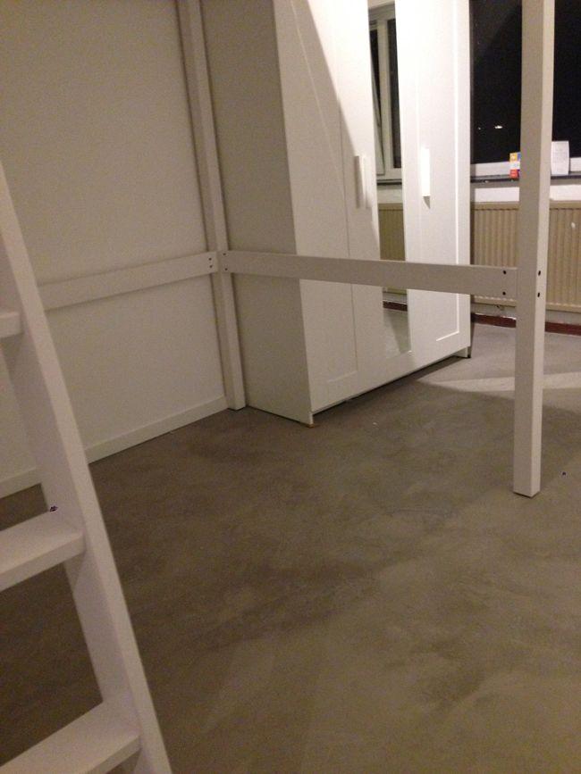 Robuuste betonlook met risico op scheurwerking zoals de gepleisterde cementdekvloer: 1e realisatie van de industriële betonnen vloer op een oude bestaande cementdekvloer.