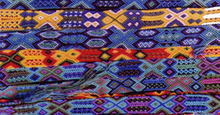 Como fazer roupas tipicamente mexicanas. As roupas mexicanas tradicionais, diferente das complexas fantasias de festas mexicanas, são razoavelmente simples de copiar. Embora o estilo de roupa específico do México seja diferente em cada região, as peças básicas ainda são parecidas. As roupas masculinas são bastante ocidentalizadas, apesar da adição do 'sarape' nativo, ou poncho, ser ...