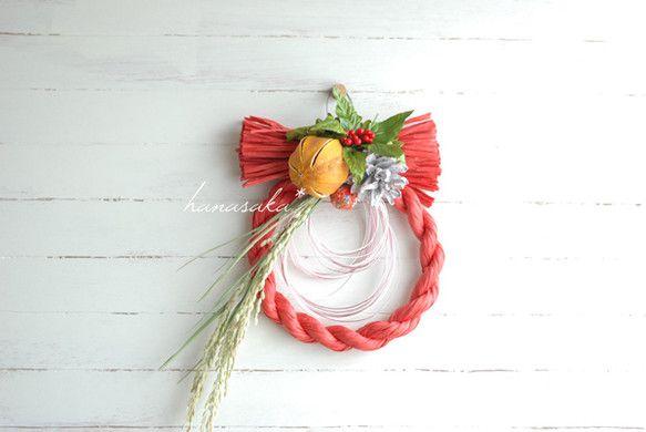 紅いベースに蜜柑。稲穂、水引、南天を添えた、お正月リースです。蜜柑はプリザーブド。ほんのり、オレンジの香りがします。南天はフェイクです。紅:明るく蜜柑:金運u...|ハンドメイド、手作り、手仕事品の通販・販売・購入ならCreema。