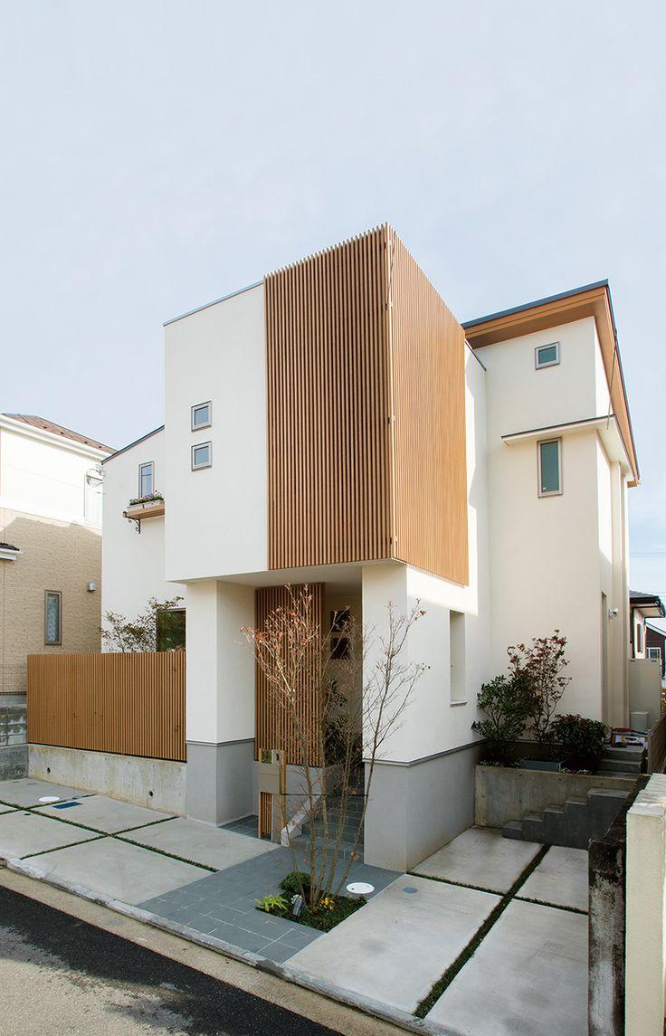 白壁に木調の縦格子がアクセントの外観。格子の内側に坪庭があります。|和モダン|白壁|格子|坪庭|白い家|
