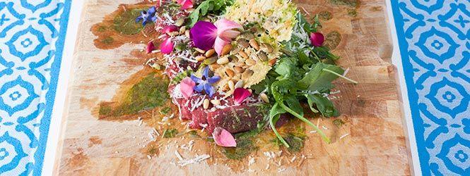 rundercarpaccio met kleurrijke bloemen