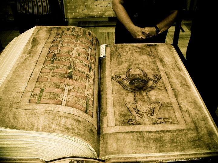 """EL LIBRO MÁS MISTERIOSO DEL MUNDO: El Codex Gigas (en latín """"libro grande""""), también conocido como Código Gigas, Código del Diablo o de Satanás, o Biblia del Diablo, es un antiguo manuscrito medieval en pergamino creado a principios del siglo XIII y escrito en latín. Se considera único por sus proporciones y por incluir -algo inaudito en una Biblia- un retrato del mismísimo Satanás. Su peso supera los 75 kilos y contiene 310 pergaminos para los que se necesitaron las pieles de 160 animales."""