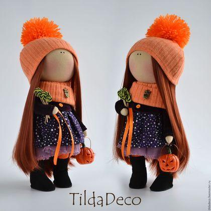 Купить или заказать Интерьерная текстильная кукла-ведьмочка в интернет-магазине на Ярмарке Мастеров. С большим опозданием, но таки появилась на свет рыжуля! Изначально она задумывалась как ведьмочка к празднику Halloween, но жизнь внесла свои коррективы.... Пришлось срочно создавать альтернативный головной убор В ручке у малышки ведёрко-тыква со съемной крышечкой ( можно что-нибудь небольшое положить), во второй ручке 'букет' хеллуинских конфет, ручной работы из полимерной глины!