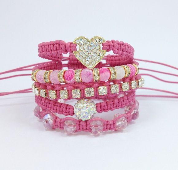 Kit de 5 pulseiras, confeccionadas em macramé com cordão encerado na cor rosa, sendo:  - 1 pulseira com coração de strass  - 1 pulseira com pedra natural ágata rosa de 6 mm e rondelas de strass  - 1 pulseira de corrente de strass em banho dourado  - 1 pulseira contendo 1 bola de strass de 10 mm  - 1 pulseira de cristais facetados    > Pulseiras ajustáveis, nosso padrão ajusta bem em pulso de 15-18 cm. Caso você tenha um maior ou menor, informe no pedido o tamanho do seu pulso que faremos ...