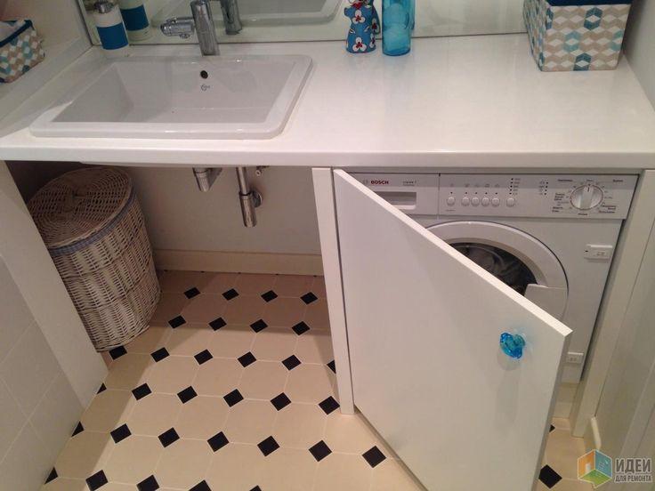 Белая ванная комната, стиральная машина в шкафчике