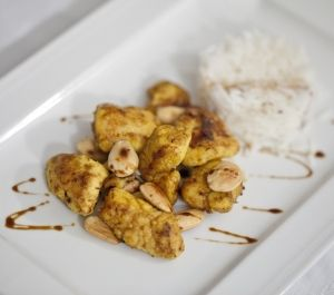 Pollo in crosta di curcuma e curry, mandorle tostate e basmati