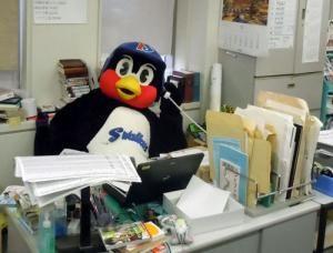 講談社を訪れたつば九郎は編集長気取り FAつば九郎今度は「グラゼニ」と交渉 : nikkansports.com
