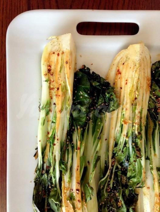 На фото Запеченная китайская капуста пак-чой
