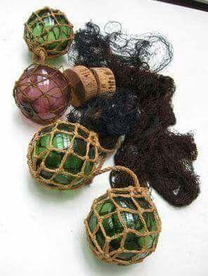 Visnet, kurk en glazen bollen in een macramee touwconstructie, ik had het allemaal in mijn kamer hangen....