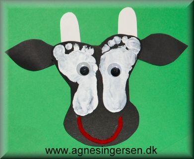 Et par af de mindre børn har lagt fødder til disse køer <3   Køerne kom vi på børnenes fastelavnsris :)   Find skabelonerne og vejledningen til kørerne lige her:  http://agnesingersen.dk/blog/fodkoeer :)  #fodaftryk #footprint #køer #cow