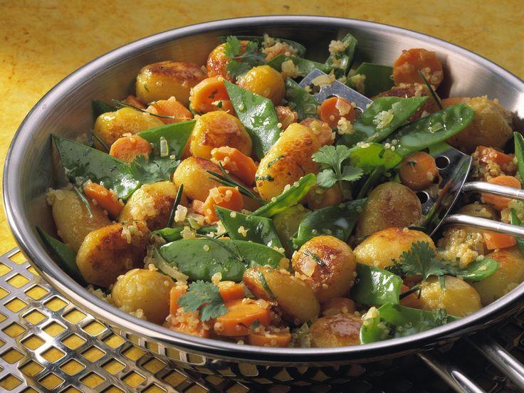 Kartoffel-Bulgur-Pfanne mit Zuckerschoten und Karotten - smarter - Zeit: 20 Min. | eatsmarter.de #eatsmarter #rezept #rezepte #bulgur #getreide #couscous #arabisch #gesund #lecker #kalorienarm #salat #pfanne #beilage #kartoffel #pfanne #zuckerschoten #karotte