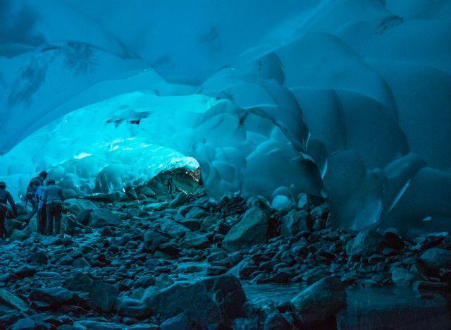 Mendenhall, le grotte di ghiaccio di Juneau in Alaska, Stati Uniti  La grotta di ghiaccio si trova sotto il ghiacciaio Mendenhall, nelle viscere dell'Alaska.