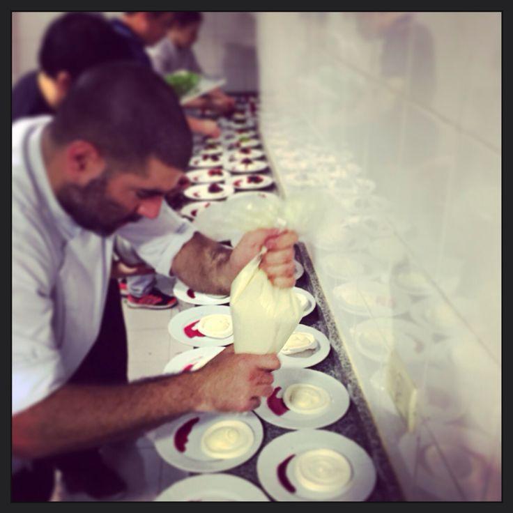 Emplatando pavlova con crema y frutos rojos