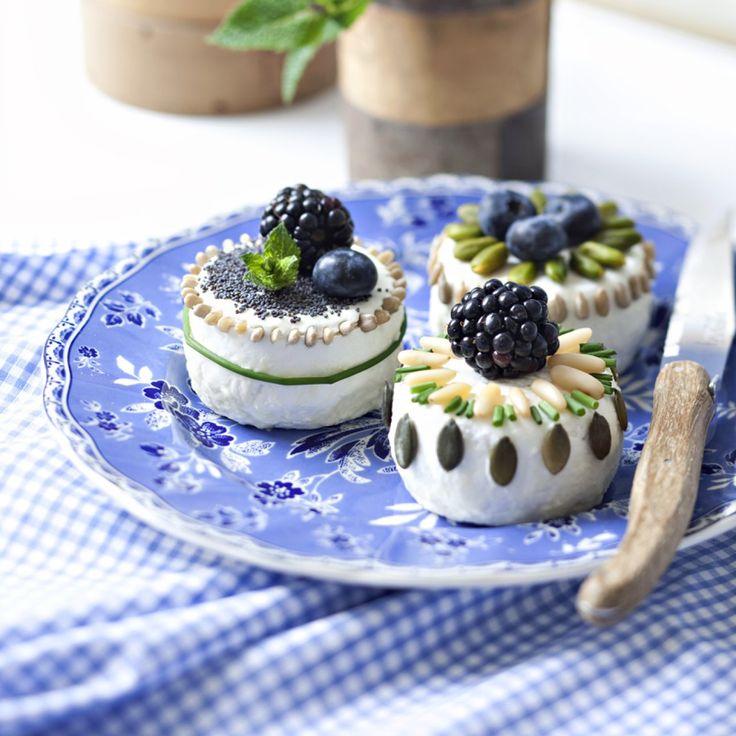 Fromages de chèvre décorés avec herbes du jardin, fruits sauvages aux allures de cupcakes