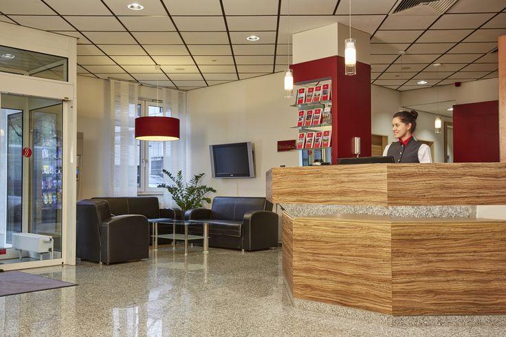 Die Lobby im H+ Hotel Darmstadt - mit Rezeption und Sitzgelegenheiten