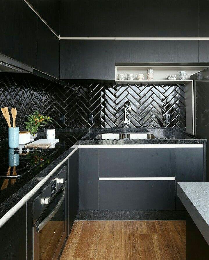 Preto absoluto ▪ revestimento ▪ espinha de peixe ▪ chevron | black kitchen ▪ subway tiles by Studio Elen Saravalli