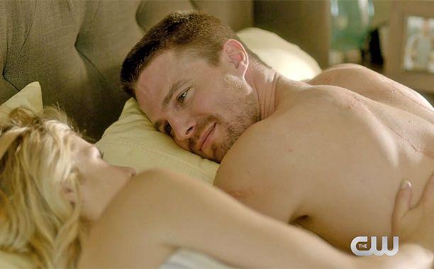 Oliver And Felicity Get Cozy In Bed In New 39 Arrow 39 Sneak