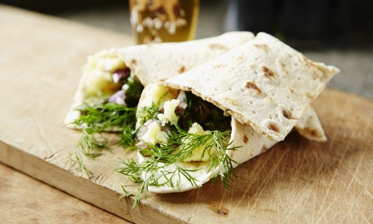 Tunnbrödsrulle med smör, mosad färskpotatis, rödlök och dillpanerad stekt sill! Kan det bli mer svensk sommar?