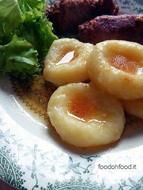 Gnocchi silesiani - gnocchi morbidi con il buco. Gnocchi di patate polacchi. Cucina polacca.