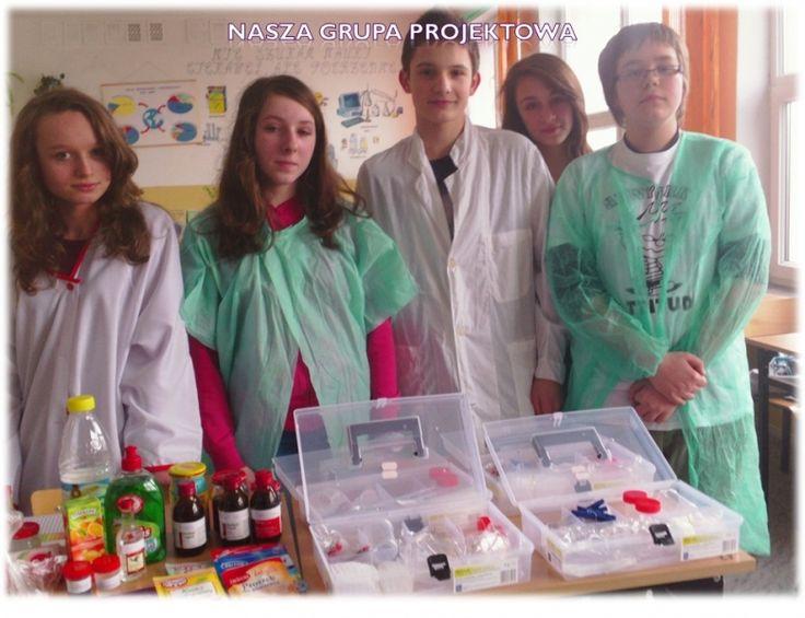 """""""Chemia w kolorach tęczy"""" to tytuł projektu, który realizowali uczniowie Gimnazjum w Sanoku pod opieką pani Marii Korzeniowskiej. Badając barwy robili m.in wywar z czerwonej kapusty i sprawdzali odczyn coli z wykorzystaniem cebuli. http://szkolazklasa2012.ceo.nq.pl/dokument_widok?id=5834"""
