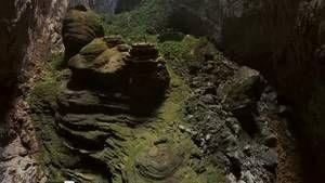 Baptisée la grotte de Hang Son Doong, cette caverne située au Viêt Nam est la plus grande du monde. Elle renferme : une rivière, un cascade et même des singes. Les cinq kilomètres de cette grotte n'ont pas encore été visités au grand complet par l'homme - Vidéo