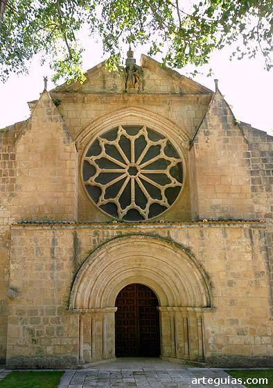 Monasterio de Santa María la Real de Sacramenia: fachada occidental de la iglesia con su puerta y el rosetón