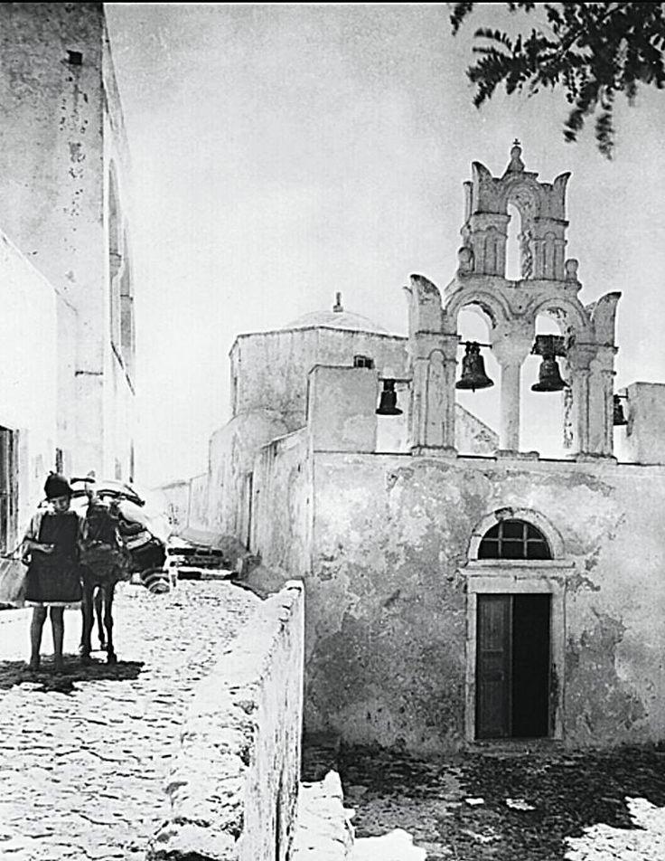NELLY'S  Σαντορίνη 1925-1930. Το κοριτσάκι με το γαϊδουράκι της στα δρομάκια του νησιού.
