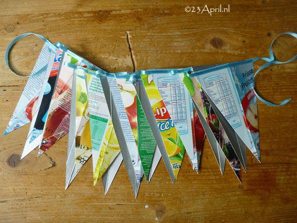 Deze vlaggenlijn is gemaakt van sappakken.  Zelf maken? Een beschrijving vind je op www.23april.nl