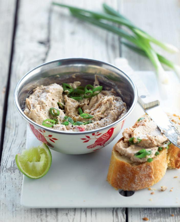 bereiden: Mix de tonijn, roomkaas, ansjovis, olijfolie en chilipepertje tot een puree. Breng op smaak met limoenrasp en -sap en eventueel wat peper. Schep de tonijnspread in een weckpotje, bestrooi met lente-ui en plaats tot gebruik in de koelkast. serveren: Serveer met het stokbrood.