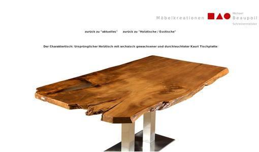 Große Holztische mit archaischen natürlich gewachsenen Tischplatten