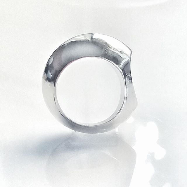 Minimal  hollow  ring #jewelry#handmade#sterling#silver#ring#collection#greekdesigners#fashion#925#beautiful#jewelryphotography #handsculpted#contemporary#richdrop#mydesign#instagood#instajewelry#