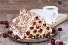 Торт «Монастырская изба». Вам потребуется: Масло сливочное — 200 г. Мука — 330 г. Ванилин – на кончике ножа Соль – на кончике ножа Сметана — 700 г. Вишня — 600 г. (без косточек, консервированная) Сахар — 200 г. Разрыхлитель теста — 1 ч.л. Стружка шоколадная – для украшения Как готовить: 1. Охлажденное сливочное масло выложить в миску, добавить просеянную муку с разрыхлителем, соль и обычным ножом порубить все в крошку. Положить 200 г. сметаны и руками вымесить тесто. Долго месить не стоит,…