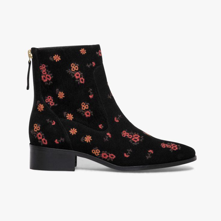 Boots plat noir avec broderies fleuries   Un boots travaillé dans le moindre détail avec ses broderies fleuries et sa matière en cuir velours. A noter, son zip arrière pour faciliter le chaussant. Fabriqué en France.  •#SHOESINMYLIFE On peut l'associer avec un jean flare pour le côté rétro ou un slim.   •Prendre votre pointure habituelle.
