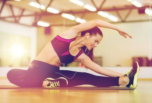 Les étirements pour le dos peuvent nous aider autant à soulager qu'à prévenir les contractures et les douleurs. Nous devrons toujours les adapter.