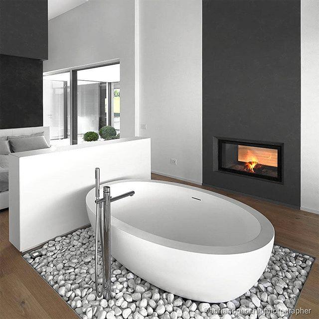 Vasca da bagno freestanding in camera da letto con #camino ...