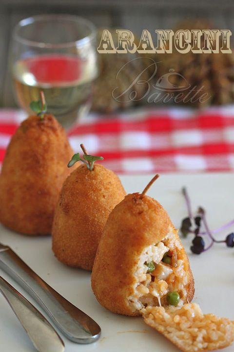 Aranci: bolas de arroz rellenas de huevo, guisantes, perejil picado, queso parmesano rallado, salsa boloñesa y un trozo de mozzarella. Todo rebozado