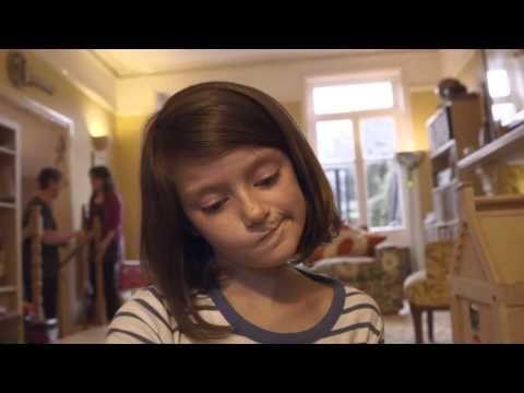 A destruição da vida de uma menina filmada um segundo por dia - YouTube