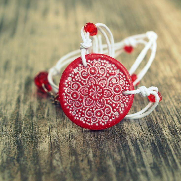 Náhrdelník - červenobílý orient Fimo korálek o průměru 3cm je zavěšen nabílýchvoskovaných šňůrkách dozdobených korálky. Základ ječervenáplackas bílýmotiskem.Prodlužovací adjustační řetízek. - polymer by teruberu