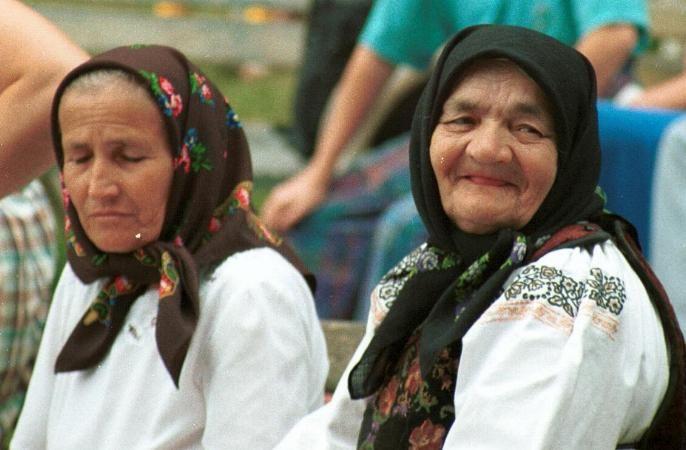 Romanian costume Sângeorgz-Bai - Bistriţa-Năsăud  Floral printed headscarves   Photo taken at Sângeorgz-Bai, Bistriţa-Năsăud in July 1991