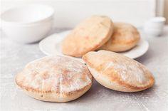 Pita chleba není žádný vysoký bochník, ze kterého se dají krájet krajíce. Zkuste ho ale při pečení sledovat, jak se v rozpálené troubě zničehonic nafoukne jako polštářek. Když ho vychladlý rozkrojíte, dá se jednoduše plnit zeleninou, masem nebo třeba pomazánkou. A když to nevyjde a při pečení se nenafoukne, dá se z něj uždibovat.