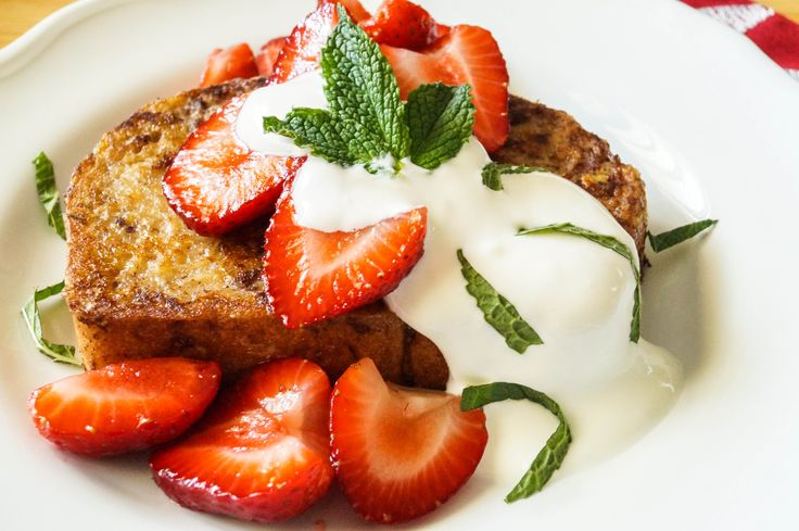Arme Riddere (Norwegian Cinnamon Toast) with strawberries and sour cream