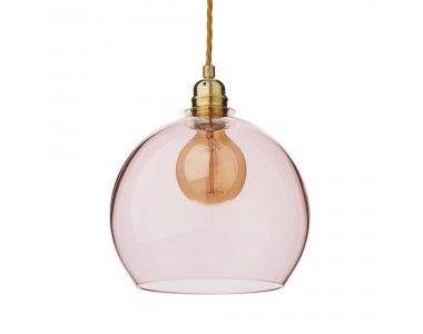 Für unsere Hängelampe Ribe verarbeiten unsere Partner in Dänemark hochwertiges, mundgeblasenes Glas zu einem Design, das Eleganz und Leichtigkeit ausstrahlt. Die runde Form der Lampe und der sanfte Farbton harmonisieren mit der silberfarbenen Aufhängung und streuen das Licht sanft im Raum, die feinen Farbnuancen des Glases kreieren stimmungsvolles Licht.