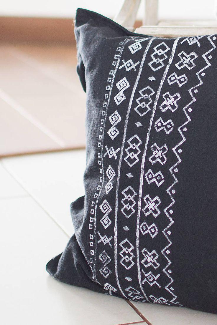 Úžitkový textil - Vankúš Čičmany čierny - ručná potlač 45x45  - 7355424_