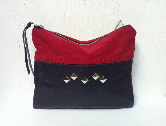 Upcycled Rojo embrague Denim.  Reciclado bolso de cuero.  Jean Bag.  Cuero tachonado.