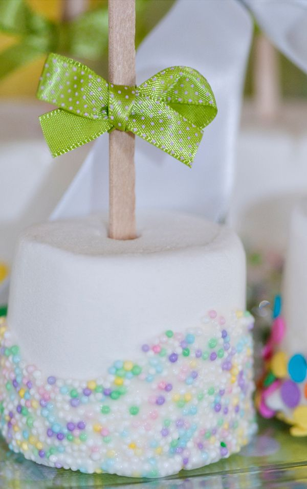 Sprinkled marshmellows topped with a hot air balloon printable.  Like the addition of the bow.