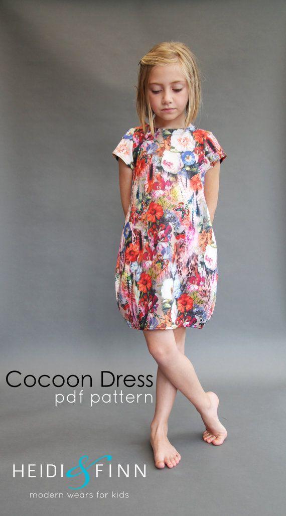 Was für ein Spaß Kleid für Ihr Mädchen! Dieses Muster ist für die Cocoon-Kleid  Das Kokon Kleid ist eine einfache, bequeme und moderne Grundnahrungsmittel in jedes kleine Mädchen Kleiderschrank. Dieser Pullover Stil Kleid wurde aktualisiert, mit klaren, modernen Linien und ein Kokon/Glocke Stil Silhouette.  Mit stabilen Strick, die sich auf Volumen Vs drapieren ist, dieses Kleid unglaublich einfach zu nähen.  Das optionale ausgesetzt, Reißverschluss oder Colorblock vorne und Schrittlänge...