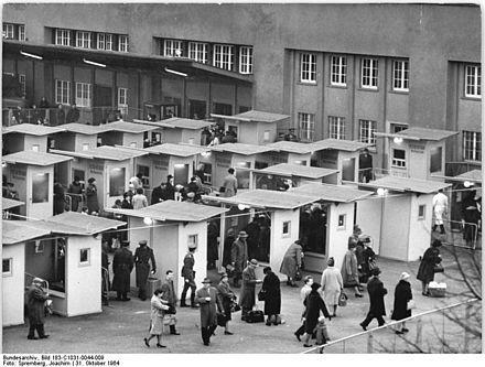 Bahnhof Berlin Friedrichstrasse 1964-Abfertigung von westlichen Besuchern an der Suedseite des Bahnhofs