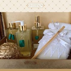 Kit decorativo com sabonete líquido, difusor, home spray, vela aromatizada e toalhas de lavabo de algodão egípcio com aplicações em linho e renda guipure.